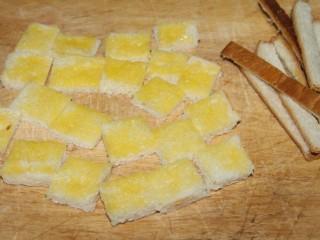 酸奶果酱土司山,切成小块,去掉边缘