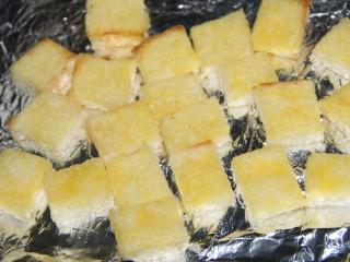酸奶果酱土司山,烤完的土司有点硬脆