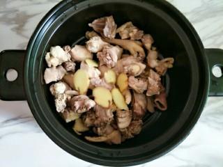 虫草花煲鸡汤,鸡肉放入砂锅,加入姜片