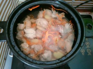 虫草花煲鸡汤,加入清水没过鸡肉