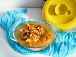 虫草花煲鸡汤,砂锅小火慢炖出来的汤特别鲜美~