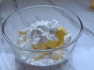蔓越莓饼干,黄油室温软化,倒入糖粉
