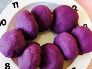 紫薯南瓜饼,依次把八个饼揉好这样看起来是不是也已经很有食欲了