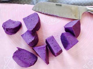 紫薯南瓜饼,揉成光滑面团,切开八小块