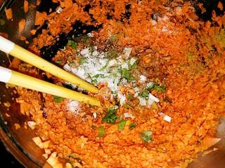 黑酱油+胡萝卜肉馅,葱末,盐鸡精,胡椒粉,花椒粉,一起放入大碗中。