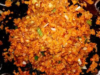 黑酱油+胡萝卜肉馅,朝一个方向拌匀好饺子馅