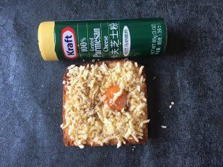 早餐+鸡蛋芝士土司面包,将卡夫芝士粉撒些在表面