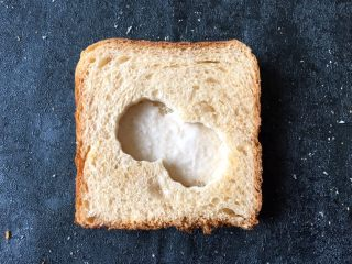 早餐+鸡蛋芝士土司面包,将压过的土司盖在有沙拉酱土司的上面