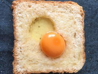 早餐+鸡蛋芝士土司面包,将鸡蛋打入洞中多余的蛋清淋在周边面包上