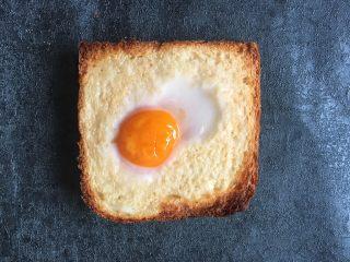 早餐+鸡蛋芝士土司面包,烤箱预热180度,放入烤箱烤3分钟,上烤