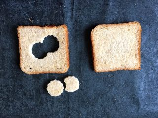 早餐+鸡蛋芝士土司面包,在将磨具顺着压过后的边压出另一个圆