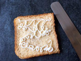 早餐+鸡蛋芝士土司面包,在没压过的土司上挤上沙拉酱,尽量多挤点,用工具将沙拉酱抹平