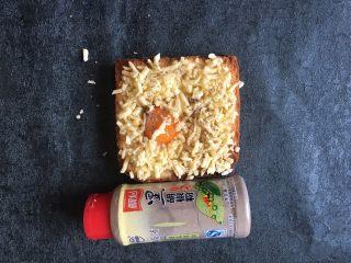 早餐+鸡蛋芝士土司面包,将黑胡椒粉均匀撒点在表面