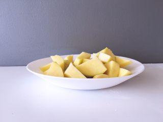 早餐+黄金窝窝头,将土豆去皮洗净后切成小块