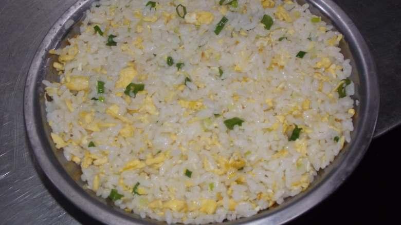 简简单单蛋炒饭,出锅时可以盛到小盆里按平。