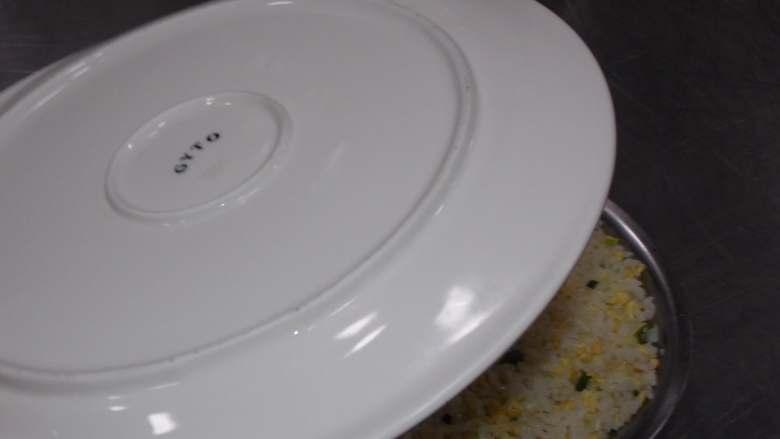 简简单单蛋炒饭,用盘子扣在上面抓住小盆翻过来做一个简单的造型。