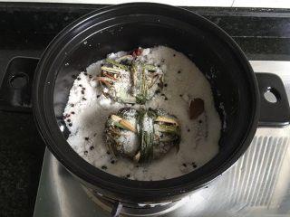盐焗大闸蟹,将吸干水分的大闸蟹放进去,让适量盐覆盖在蟹表面,蟹肚朝上这样蟹黄不容易流出浪费;