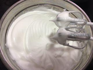 原味蛋糕卷,打发至提起打蛋器有明显尖勾即可