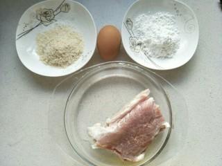 炸猪排,准备食材:猪肉300克,鸡蛋一个,面包糠和淀粉。