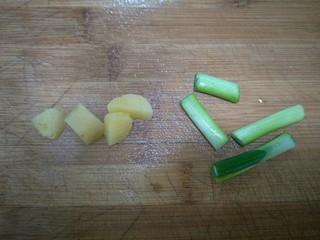 炸猪排,姜切块,葱切断。