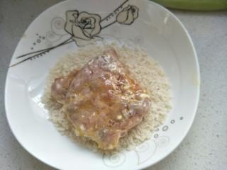 炸猪排,再放入面包糠中反正面沾均匀。