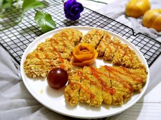 炸猪排,装入盘中挤上番茄酱,或者泰国辣酱就可以上桌啦!