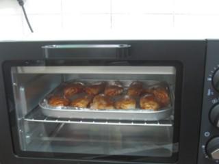 新奥尔良烤鸡翅,烤箱调至200度,上下火,中层,烤30分钟。