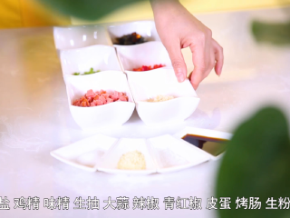 二娘美食:自从学会这道菜,胃病就再也没犯了!,皮蛋、香肠、辣椒切丁,蒜切成沫。
