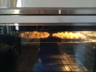 香蕉披萨,12.入烤箱上层,180度上火,下火150度,烤约25分钟。