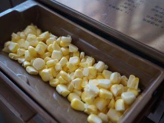 一鍵式玉米粒面包,甜玉米粒洗干凈并瀝干水分后,放入面包機的果料盒