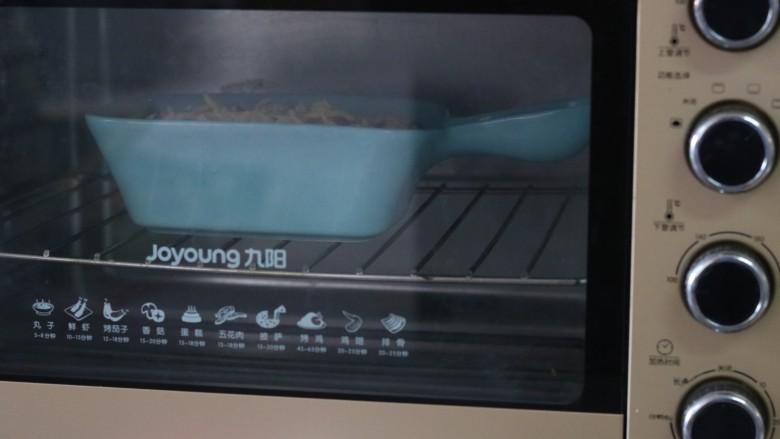 芝士焗年糕,放入预热好的烤箱,170度,15分钟即可