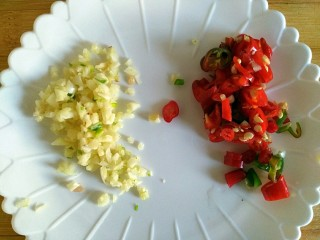 蚝油肉末冬瓜(微辣),大蒜、小米椒分别切碎