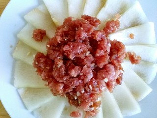 蚝油肉末冬瓜(微辣),腌制好的肉馅铺在冬瓜片上