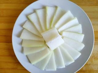 蚝油肉末冬瓜(微辣),将切好的冬瓜片铺在盘子上