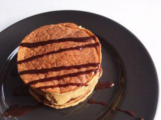 低脂健康的酸奶香蕉燕麦松饼,淋上巧克力酱即可,也可以淋酸奶、水果、花生酱,根据自己的喜好即可!