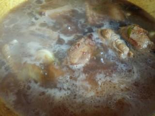 可以让你吮指的糖醋排骨,倒入没过排骨的开水,一定是开水哦。大火烧开,转中小火炖50分钟。