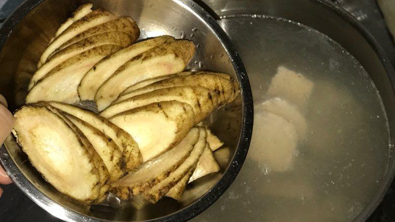 玉米胡萝卜牛蒡汤, 牛蒡外皮用刷子刷干净黑色物质,切片后放入水里。牛蒡皮也含有不少营养成分,而且很薄,用来煲汤牛蒡只需洗净即可。切片为了更好的出味。