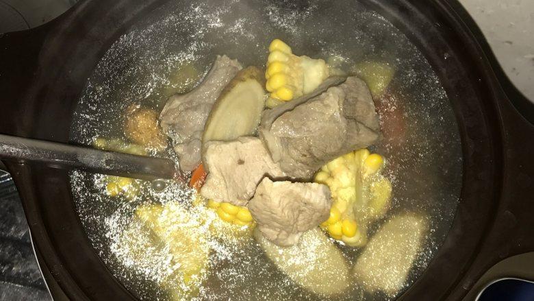 玉米胡萝卜牛蒡汤, 然后再把汤料和水倒入,因为电炖锅已预热,如果一次把汤料倒入,水会溅出来。