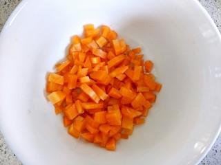 西葫滑蛋,胡萝卜洗净,切的块比西葫芦稍小一点