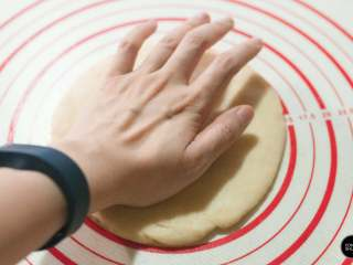 没有烤箱照样做出香浓芝士风味薄底披萨,饼底按压推捏开,成6~7mm厚的圆形。饼底的传统做法会通过甩面皮(类似抛甩手帕)的手法,让面皮变得薄且均匀,但对于第一次尝试的朋友来操控性略低,建议先通过手来按压,然后借助擀面杖将其制成理想的形状。