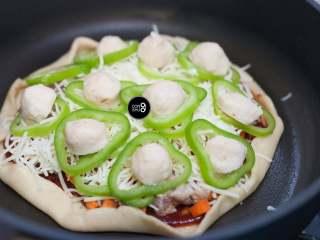 没有烤箱照样做出香浓芝士风味薄底披萨,一层食材,一层芝士,再一层食材,再一层芝士,这样才是满满的罪孽,哦不,美味~~~
