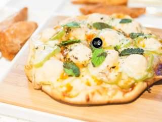 没有烤箱照样做出香浓芝士风味薄底披萨,撒上薄荷叶作为装饰。香浓芝士口感的薄底披萨,再配些小食,喝点小酒,没有更美妙的假期了。