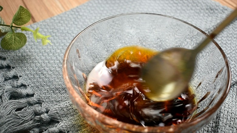 酸辣蕨根粉,将它们搅拌均匀