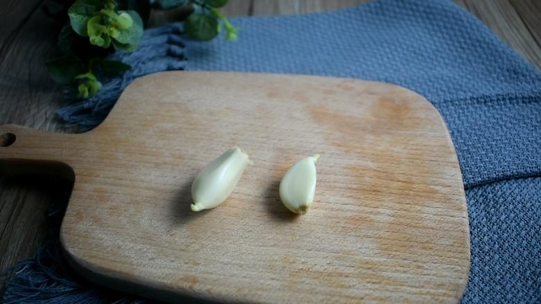 酸辣蕨根粉,准备两瓣蒜