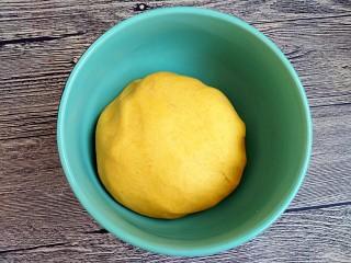 吃掉一朵花+南瓜花馒头制作,揉成软硬适中光滑的面团。放温暖处发酵。