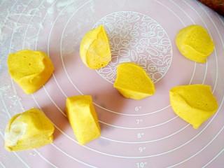 吃掉一朵花+南瓜花馒头制作,切成大小相同的小面剂