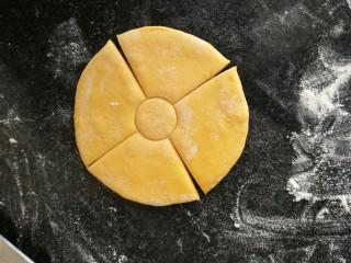 吃掉一朵花+南瓜花馒头制作,用锋利的刀子切十字形,4刀