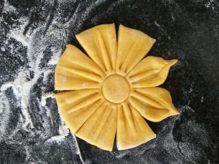 吃掉一朵花+南瓜花馒头制作,按好后如图中那样把花瓣的边上捏起来。
