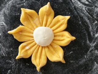 吃掉一朵花+南瓜花馒头制作,面上点水,然后放在花中间作花蕊。南瓜花生胚做好了,醒十分钟就可以上锅蒸了。