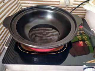 咖喱鸡,锅里倒适量油烧热